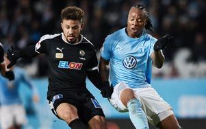 Fabio de Sousa Silva i kamp med Malmös forward Carlos Strandberg i brassens allsvenska debut från start.