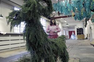 Maria Karlqvist ordnar julbocken.