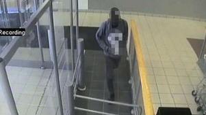 Här fångas den misstänkte mannen på övervakningskameror när han går in på Systembolaget kvällen innan knivskärningen i april.Bild från polisens förundersökning.