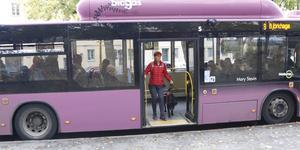 Synskadade Sofia Thoresdotter är en av de som hjälps då busshållplatser ropas ut.