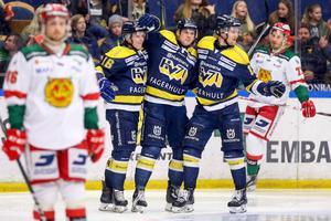 HV71:s Max Wärn jublar med lagkamrater efter 2–0 mot Mora. Mathias Bromé och Keaton Ellerby deppar. Foto: Stefan Lantz/Bildbyrån