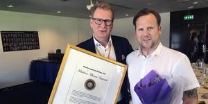 Rotarypresidenten Mikael Bohman lämnade över hedersutmärkelsen till Mattias