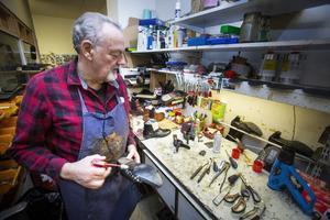 Skomakarverkstan är trång men komplett med alla grejer som krävs för olika typer av lagningar. Christer Åstrand har koll på verktygen.