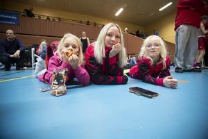 Från Örebro och klubben Girlfighters BK kommer från vänster Emma Kämmerling, 8 år, Linn Landqvist, tränare, och Ebba Stenberg 9 år.
