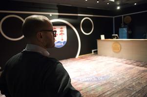 Wahlberg visade Hockeypuls fler nyheter som tillkommit efter avancemanget i vårs. Här är baren bakom ståplatsläktaren.
