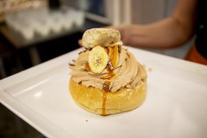 Årets semla Choco Banana  är fylld med vaniljkräm, chokladgrädde och banankolasås toppad med chockladkrisp.