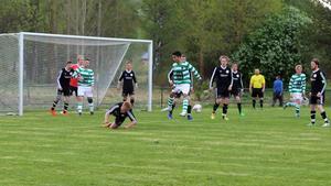 Kampviljan var det inget fel på. Här nickar Filip Eriksson undan en farlig boll som var på väg in i straffområdet.