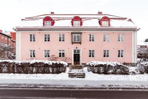 Bostadsrättslägenhet på tredje våningen i fastighet anno cirka 1920-tal. Foto: Svensk Fastighetsförmedling Falun