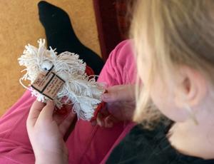 En elev studerar en maskot föreställande Himalayas yeti eller snöman.