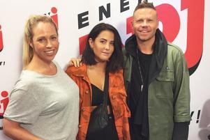 Från och med nästa sommar tar NRJ över Radio Rix frekvens i Jönköping. programledarna Malin Gramer och Ola Lustig med artisten Molly Sandén.