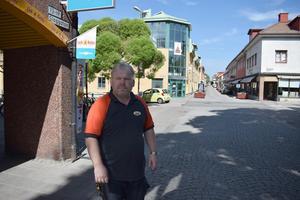Kenneth Wengelin driver affären Lek & Baby/Babyproffsen på Slaggatan. Han tycker att det blir färre kunder i området när Östra hamngatan är avstängd för trafik från korsningen vid Falugatan.