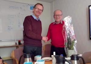 Säterbostäders ordförande Torbjörn Orr (till höger) och resten av styrelsen tackade av Lennart Eriksson med smörgåstårta och en klocka. Foto: Privat