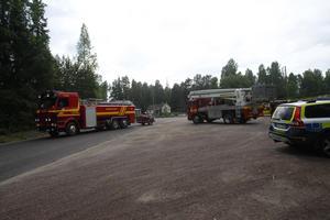 Räddningstjänsten har upprättat en brytpunkt i Dala-Floda. Bild: Fredric Gustafsson/Foto-Mike