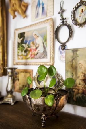 Vissa nya grejer kommer in i hemmet men det mesta är äldre saker som släktgods, loppis- och auktionsfynd.