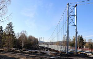 Belysningen av hängbron i Torpshammar är enligt Leif Edh förklaringen till att den fakturerade summan för 2018 varit hög under årets första fyra månader.