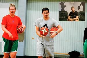 Viktor Bengtsson (mitten) drivs bra med sin nya assisterande tränare Joakim Lantto (till höger).