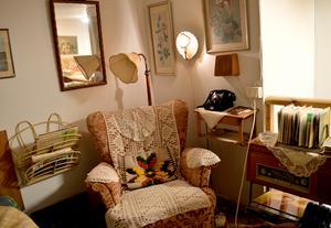 En myshörna med tidningsställ, telefonhylla, grammofon och bakelittelefon ingår i samlingarna.