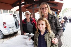 Michaela Schlegel-Larsson och barnbarnet Nova Elander på bondens dag i Arboga.