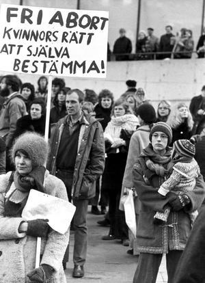 Under en demonstration på Internationella kvinnodagen  1974 bär demonstranterna plakat med krav på fri abort. Samtidigt röstade en stor del av Folkpartiets riksdagsgrupp samma år nej till den abortlag som gäller i dag. Foto: Ragnhild Haarstad / SvD / SCANPIX