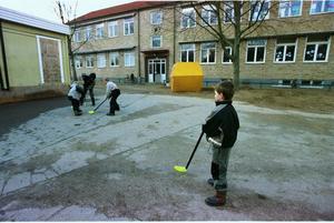 Trivselledarna ser till att ingen ska behöva vara ensam på rasterna, utan att alla leker med alla, skriver Robert Beronius. Foto: Stefan Lindblom, TT.
