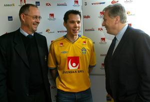 Fredric Lundqvist tillsammans med Lars Lagerbäck och Tommy Söderberg inför Kings Cup i Thailand 2003.
