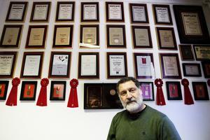 Priserna och utmärkelserna har varit många genom åren. Ebrahim Katto visar dem stolt när han hade sin ateljé i Södertälje. Arkivfoto: Mattias Holgersson
