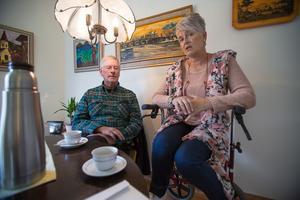 Stig Hägglund och Lena Dahl Jämtgård tycker att det är vansinne av kommunen att inte låta människor som vill få bo på boendet i Stugun.