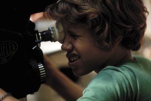 Rolf Sohlman kikar in i kameran under inspelningen av