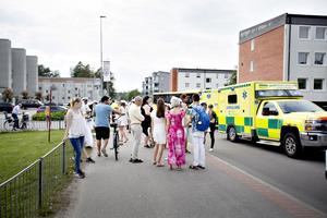 Många människor samlades på platsen där Emma Söderström föll av flaket, Hennes mamma Vicktoria berömmer flera för att de gett bra hjälp samtidigt som hon kritiserar andra för att de filmade en skadad person.