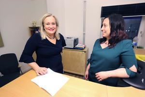 Maria Comstedt och Marie Casco som är chef för näringsliv, integration och arbetsmarknad (NIA) i Lekebergs kommun.