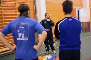 Henrik Åhnstrand instruerar sina spelare.