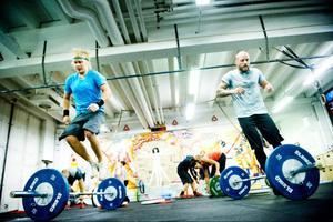 Crossfit blandar både maxstyrka, uthållighetsstyrka och uthållighetträning. Här hoppar Martin Lundin och Conny Fanqvist zickzack över skivstången för att träna uthålligheten.