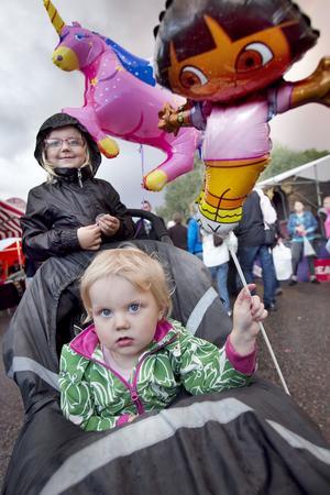 Alva, 4,5 år, och Elsa Hallén, 2,5 år, kom till marknaden med mamma Johanna från Delsbo.