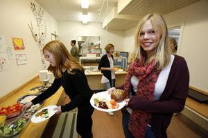 Montessorieleverna Lovisa Leijonschöld, Karolina Linusson och Emma Lundqvist äter gärna av den Krav-märkta skolmaten.