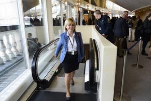 Beatrice Ask på väg till sin arbetsplats, Sveriges riksdag.