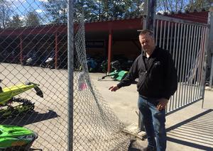Tjuvarna klippte upp staketet och stal fyra fyrhjulingar, en cross, ett elverk och en släpvagn. – Totalt har det stulna ett värde på cirka 400 000 kronor, uppskattar Per Salomonsson.