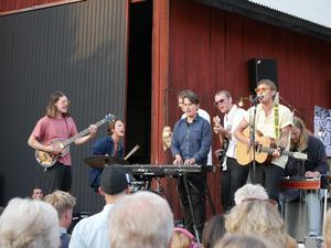 Artisten Tomas Stenström klev helt oannonserat upp på scenen och sjöng några av sina egna låtar innan han stämde upp till allsång.