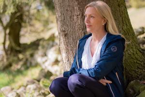 Annika Hall berättar att det är bra att anpassa mängden måsten vid årstidsförändringar. Hon skogsbadar gärna under sina promenader i forntidslandskapet i Floby. -Att skogsbada handlar om att vara i skogen och ta emot den med alla sina sinnen, berättar hon.