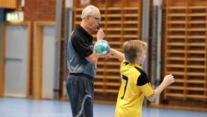 Ungdomsturneringen Järnvägen Cup i Hallsberg blir Svens sista domaruppdrag.  Då har han precis fyllt 90 år. Bild: Helene Bergmark