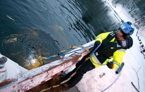 En första kontroll av de sjunkande pontonerna.