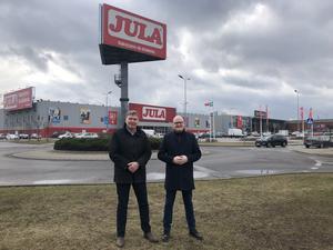 Karl-Johan Blank o Joachim Frykberg framför Julas varuhus och huvudkontor i Targowek, Warzawa, Polen. Foto: Pressbild Jula