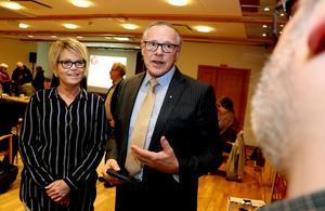 Anders Mjärdsjö (M) och Linda Mattsson Bolin (VFÅ) säger att de fått en muntlig information om att det nu finns fler intresserade köpare av Backetjärn.