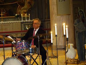 Kenneth Nordwall har ett starkt varumärke inom jazzen i Örnsköldsvik och Umeå. Under nyårskonserten skötte han trumsetet med fingertoppskänsla. Foto: Christina Häggkvist