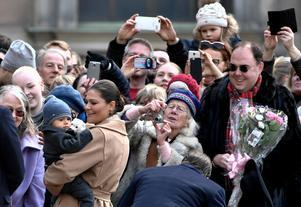 Här tar prins Oscar och kronprinsessan Victoria emot publikens hyllningar vid firandet av kronprinsessans namnsdag på inre borggården på Stockholms slott den 12 mars förra året. Foto: Claudio Bresciani/TT
