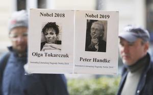 Czarek SokolowskiOlga Tokarczuk och Peter Handkes Nobelpriser i litteratur affischeras på en bokhandel l i Warszawa. Arkivbild.