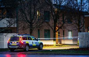 Skottlossning mot bostad på Önsta Gryta natten mot 2019-12-09. Polisen rubricerar händelsen som mordförsök. Foto: Tony Persson.