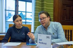 Emilia Heidenberg från Östbergsskolan fick följa med bland andra Joel Nordkvist (M) på sin praovecka. Här under kommunstyrelsens sammanträde.