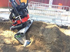 Grävningarna startade i slutet av april och ska pågå en tid framöver. Bland annat ska Mälarenergi lägga ner fjärrvärmeledningar. Men grävningen får ske försiktigt, så att ingen arkeologi skadas.