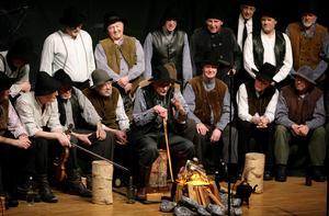 Saxdalens Manskör har framfört sitt sångspel 159 gånger, bland annat den 6 april 2008 då bilden är tagen. Nu firar sångspelet 30 år och manskören bjuder in alla äldre till en föreställning i Folkets hus.Foto: Peter Ohlsson