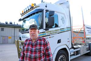 Robert Martinsson har ett 15-tal lastbilar i sitt åkeri. Nattetid står de uppställda på Sveden i Valbo. Det är ett hot mot grundvattentäkten, konstaterar Gästrike Vatten som gärna ser att kommunen tvingar åkeriet att flytta. Men alternativen lyser med sin frånvaro.